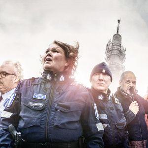 Myrskyn jälkeen -sarja. Kuvassa vasemmalta: Gunnar Sonck (Allu Tuppurainen), Jarkko Larsson (Mikko Roiha), Rauni Kolehmainen (Kaarina Hazard), Kimmo Oinonen (Aimo Räsänen), Kai Saarela (Henry Hanikka) ja Tuija Åström (Anna-Elina Lyytikäinen).