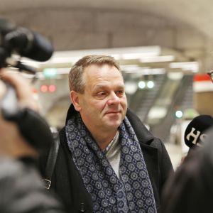 Pormestari Jan Vapaavuori haastattelussa länsimetron avajaispäivänä.