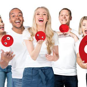 Nenäpäivän juontajia punaiset emojipallot käsissään