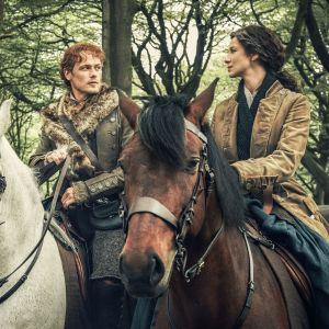 Mies ja nainen ovat hevosen selässä ja katsovat toisiaan.