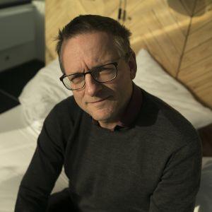 Brittiläinen tiedetoimittaja Michael Mosley selvittää, miten uni ja unenpuute vaikuttavat terveyteemme.
