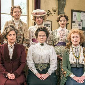Eturivin brittinäyttelijät tähdittävät brittikomediaa, joka kertoo naisten äänioikeutta ajavasta ompelupiiristä.