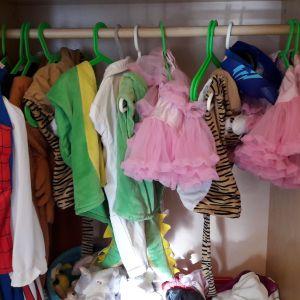 Utklädningskläder på galgar.