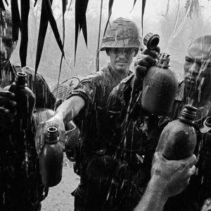 Amerikanska soldater under Vietnamkriget i en av många bilder som togs under kriget av fotografen Philip Jones Griffiths - bilder som förmedlade det långa krigets brutalitet till världen.
