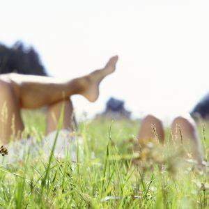Kahdet jalat nousevat niityn keskeltä.