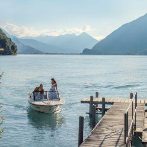 Stillbild från videoverk av Ragnar Kjartansson: en motorbåt i ett schweiziskt sjölandskap.