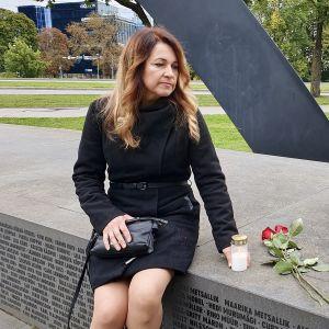 Siiri Same överlevde Estoniakatastrofen och här ser vi henne när hon hedrar sina vänner som omkom när färjan sjönk.