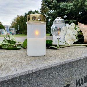 Ljus, blommor och hälsningar till offren i Estoniakatastrofen vid minnesmärket Bruten linje.