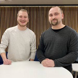 Elias Keränen ja Sami Sainio hymyilevät pöydän äärellä