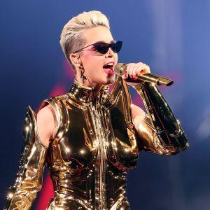 Katy Perry sjunger i en mikrofon.