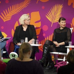 Marit Lindqvist, Anna Friman, Hannele Mikaela Taivassalo och Sara Ehnholm Hielm diskuterar på Helsingfors Bokmässa 2019.