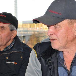 två män i keps