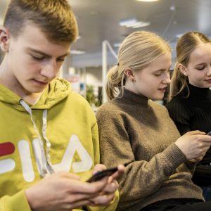 Pohjankartanon oppilaat katsovat Wilma-viestejä matkapuhelimesta