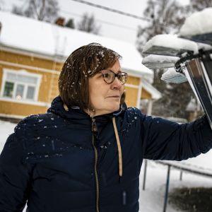 Helena Rahko vaihtaa vesimittaus säiliön