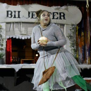 Karaktären Klampa ur tv-serien Jul i Hittehatt försöker stjäla julkulan
