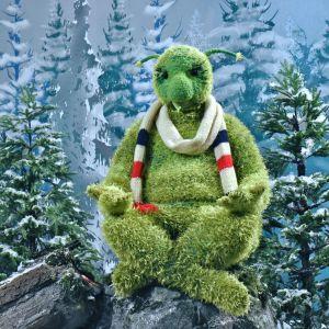 Karaktären Kusel ur tv-serien Jul i Hittehatt mediterar på en sten