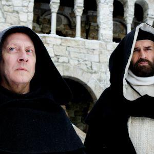 Ruusun nimi -draamasarjan päärooleissa näyttelevät Michael Emerson ja Rupert Everett.