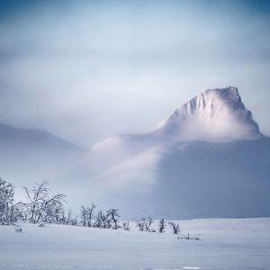 Neliosainen dokumenttisarja seuraa, miten pohjoisen ihmiset selviävät talvesta, lumesta ja pakkasesta.
