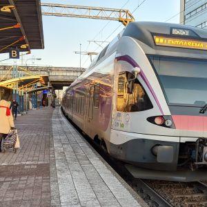 I-juna pysähtyy Käpylän asemalla.