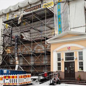 Raahen raatihuone pihalta päin kuvattuna ulkosivun peruskorjauksen aikana talvella 2020.