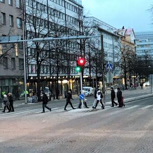 Jalankulkijat ylittävät Vesijärvenkatua Lahdessa