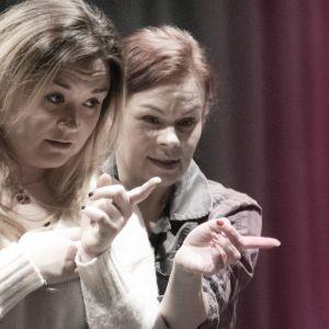 Reija Wäre ja Catharina Z¨hlke käyvät UMKn koreografiaa läpi,