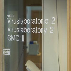 Viruslaboratorion ovi.