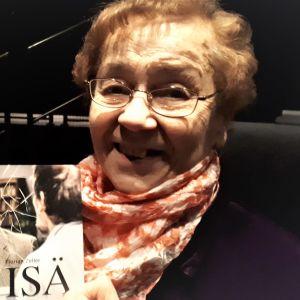 vanha nainen on teatterin katsomossa