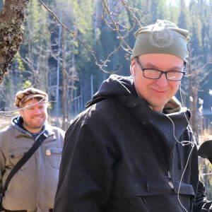 Biologi Niko Nappu ja tietokirjailija Pepe Forsberg Evon tutkimusmetsässä