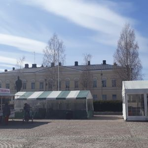 Kaksi Mikkelin torikahvilaa aurinkoisena huhtikuisena päivänä.