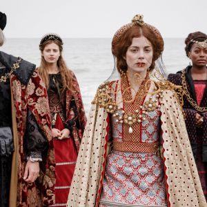 Kahdeksanosainen draamasarja kuvaa Englannin myrskyistä historiaa 1500-luvulla.