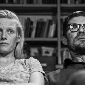Draamakomedian päärooleissa näyttelevät Laura Birn ja Tommi Korpela.