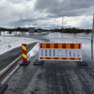 Tulvavesi nousi tielle välillä Karesuvanto - valtakunnanraja Suomi-Ruotsi