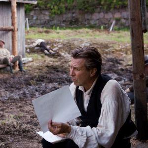 Suomen hauskin mies -elokuvan pääroolin näyttelee Martti Suosalo.