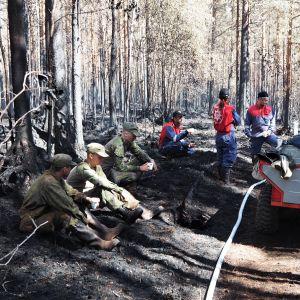 Sammutusryhmä tauolle metsäpalon sammutuksen yhteydessä.