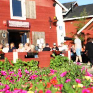 Ihmisiä ravintolan terassilla Kemin sisäsatamassa