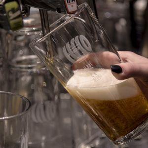 ett ölstop som fylls på med öl från en ölkran