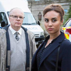 Uuden brittidekkarin päärooleissa näyttelevät Jason Watkins ja Tala Gouveia.