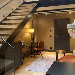 Seurahuoneen uusissa huoneissa on kaksi kerrosta, niin että alakerrassa on oleskelutilaa ja yläkerrassa sänky.