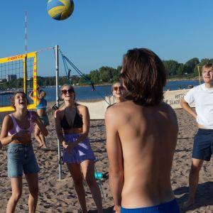 Nuoria Hietaniemen uimarannalla viettämässä viimeistä viikonloppua ennen koulun alkua.