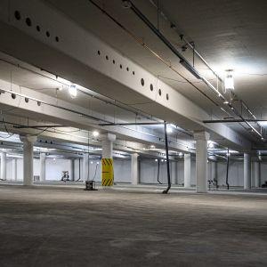 tom underjordisk torgparkerings bygge