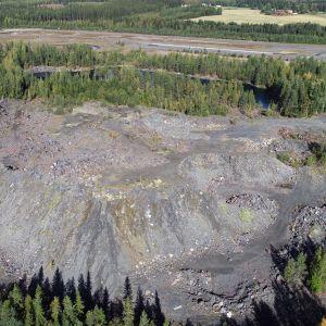 Suuri kivilohkareista koostuva kasa kaivosjätettä.