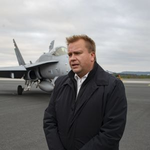 Puolustusministeri Antti Kaikkonen Lapi lennostossa