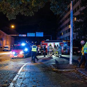 Polis och räddningspersonal utanför Kåren i Åbo.