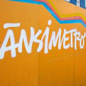Länsimetron logo seinässä Kivenlahden asemalla.
