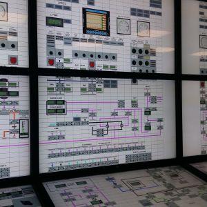 Skärmar som visar simulation av hur ett kärnkraftverk fungerar.