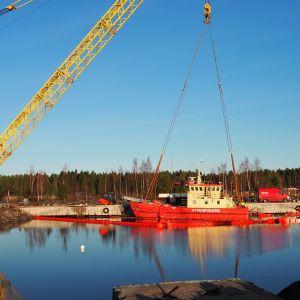 Oulu-Koillismaan pelastuslaitoksen öljyntorjuntavene ROK 1083 Virpiniemen öljyntorjunta-asema laiturin vieressa sen jälkeen kun se on nostettu uppoamisen jälkeen.