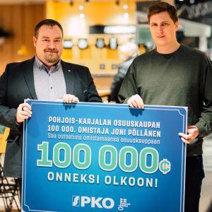 toimitusjohtaja Juha Kivelä ja Joni Pöllänen ja iso lahjakortti.