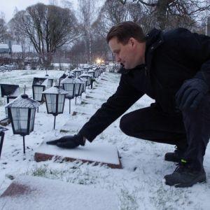 Kauhavan kiviveistämön yrittäjä Antti Mäki aloitti sankarihautojen kivien kunnostamisen oman isoisänsä haudalta.