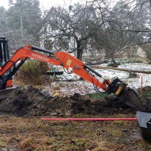 Bredband till landsbygden. Här grävs det för fiberkabel.